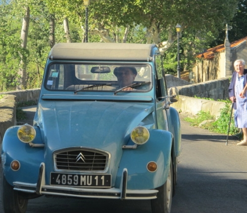 oncoming 2CV in Rieux