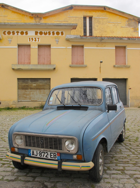 I'm always passing this old 'cave co-operative'  - the date on the facade always reminds me of some special people back home, and now there's always this lovely old Renault '4L'